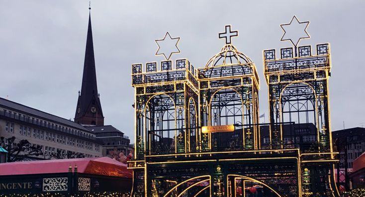 Hamburg Emblem Gold erleuchtet ... auf dem Weihnachtsmarkt am Rathaus. #hamburg #weihnachtsmarkt #hamburgcity #rathausmarkt