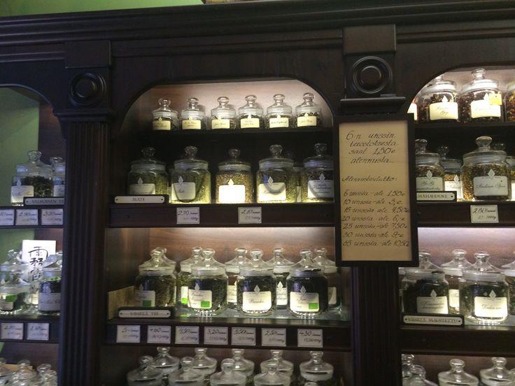 Tee on nyt muotia. Tässä juodaan teetä Helsingissä. Tässä oikea teekauppa Isolla Roobertinkadulla.