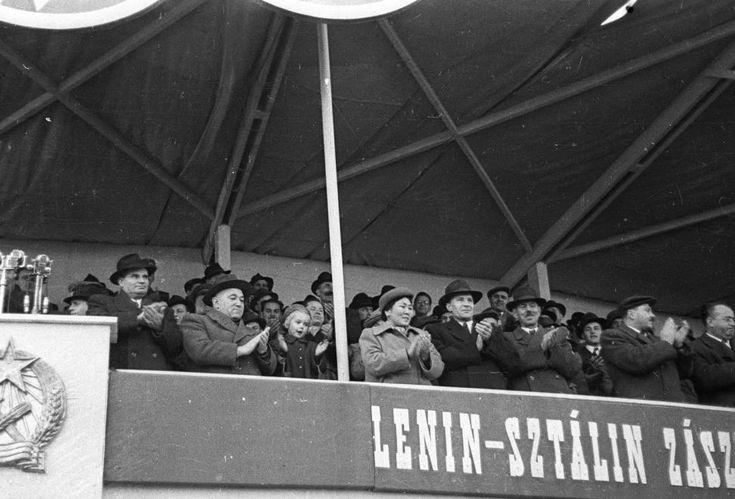 az Árpád (Sztálin) híd avatására épített tribün. Elől balról: Dobi István, Rákosi Mátyás és felesége Fenya Fjodorovna Kornyilova, Kádár János, Drahos Lajos, Kovács István, Vas Zoltán.