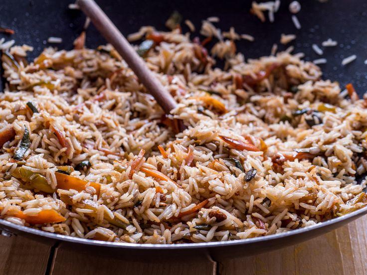 L'insalata di riso basmati con verdure alla salsa di soia è un piatto tutto vegetale dal piacevole profumo orientale. Leggi come prepararlo in casa!