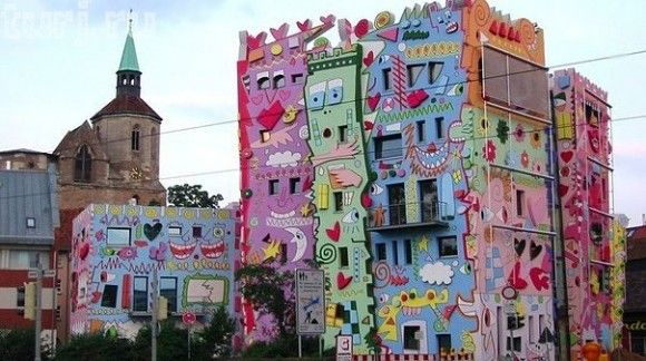 This beautifully odd building in Brunswick, Germany was designed by Olaf Jäschke and the late American pop artist James Rizzi. The Happy Rizzi House was deeply controversial among residents of that city when it was built.