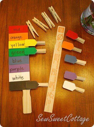 en la regla se escriben los colores en español. Sin color. Los broches llevan el color sin palabras. Los estudiantes parean la palabra con el color.