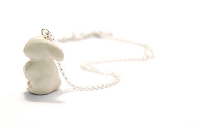 Ręcznie wykonany naszyjnik w kształcie królika. Stworzony z wysokiej jakości szkliwionej porcelany i zawieszony na srebrnym łańcuszku o długości 55 cm.