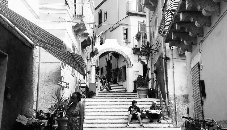 Carloforte, dall'irresistibile fascino mediterraneo, è l'unico borgo abitato dell'Isola di San Pietro che appartiene all'arcipelago del Sulcis