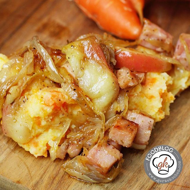 Kartoffel-Karotten-Stampf mit einem Apfel-Zwiebel-Schmelz und Kasslerwürfeln. So bodenständig und sooooooo lecker! #Kassler #Zwiebeln #apfel #potatoes #foodporn #yummi #rezept #rezepte #recipe #foodblog #foodblogger #foodblog_de #foodblogger_de #instafood #foodpic  #kochblog #foodstagram #tasty #foodlove #foodphotography #food #kochen #backen #new
