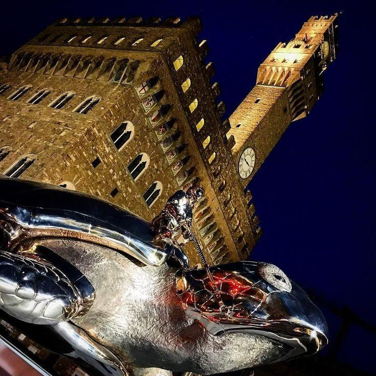 Strangers in the night. Unconventional meeting in Piazza Signoria #firenzebyalexcommentator #janfabre #turtle #contemporaryart #contemporaryartist #contemporarysculpture #golden #sculpture #florence #piazzasignoria
