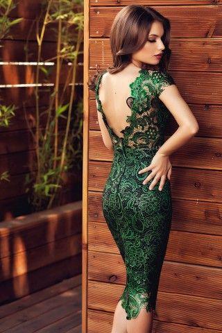 Fii eleganta si provocatoare indiferent de eveniment, cu o superba rochie de ocazie midi confectionata din dantela in tonuri vibrante de verde. Deosebit de feminina, rochia de ocazie midi iti urmareste discret liniile corpului, punandu-ti formele in evidenta, iar culoarea puternica ii sporeste farmecul, conferindu-ti o imagine splendida. Rafinata si pretioasa, rochia din dantela nu are nevoie de prea multe accesorii pentru a iesi in evidenta, pentru ca este ea insasi o bijuterie.Â