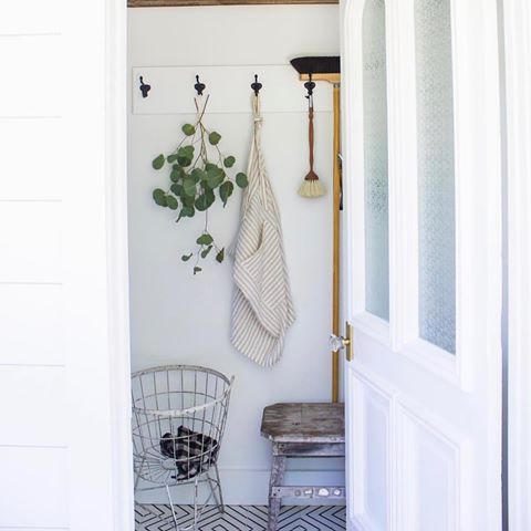 The Laundress handcrafted home cleaning tools are too pretty to hide in the closet. Don't keep these babies in the corner! Put them on full display with farmhouse-inspired wall hooks to chicly declutter any space. For more organization ideas, check out our Pinterest (link in profile)! 📷 @goinghometoroost   #thelaundress #homecleaning #greencleaning #organization #closet #mudroom #interior #farmhouse #white #handcrafted #tools #ecofriendly #duster #pinterest #inspiration #clean #neat