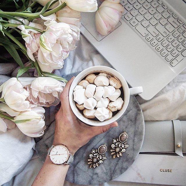 ❤pleasures❤ blyskotki od @happinessbtq ,slodka kawa,mily towarzysz obok i nowy zegarek...ale podobno szczesliwi nie licza czasu...taka regeneracja to ja rozumiem,odpoczywajcie i Wy...  ________________  @happinessbtq Na haslo 'marzena.marideko' macie -10% na bizu,do 5.06.2017    #flowersofinstagram #pastelove #girlstuff #coffee #mashmallow #sweets #watch #cluse #happinessbtq #jewellery #marideko #perfectmoment #marble #weekend #simplicity #tulips #spring #tulipany