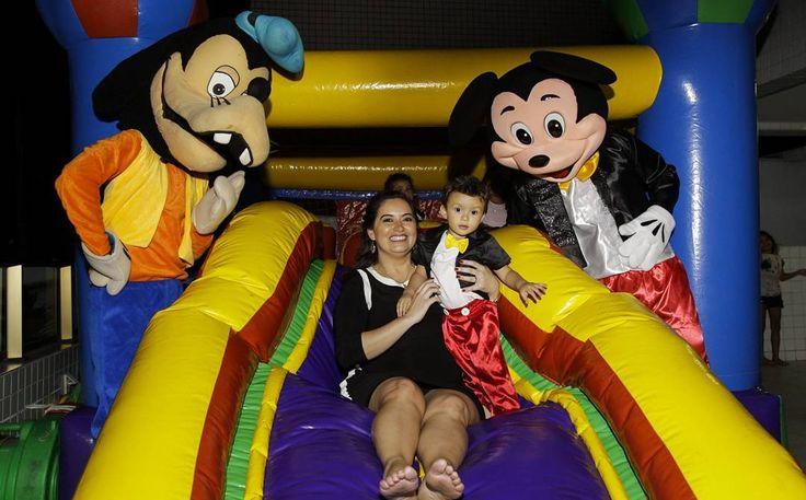 Hoje a festa do João Eduardo estava tão animada que até a mamãe @claudiasenape entrou na brincadeira!! Parabéns pelos seu segundo aninho!!  Foto direto da câmera sem tratamento  #tramelamultimídia #vamostramelar #boratramelar #infantil #kids #child #children #birthday #happybirthday #aniversário #crianças #photos #happiness #happy #fotografia #vsco #vscocam #vscorecife #vscobrasil #mickeymouse #disney #disneyworld #goofy