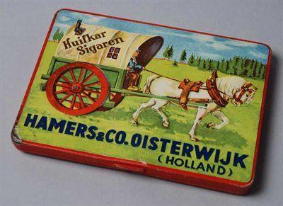 """Rechthoekig veelkleurig sigarenblik, met scharnierend deksel, waarop beeldmerk en """"Huifkar Sigaren, Hamers & Co. Oisterwijk ..."""""""