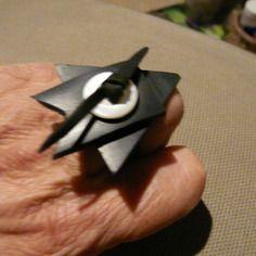 """Bague noire graphique, style origami en caoutchouc de chambre à air de """"vélib - paris"""""""