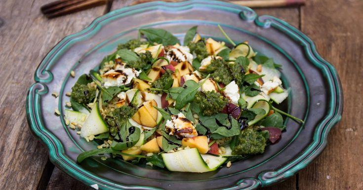 sallad med nektarin, fetaost, matvete, zucchini och persiljepesto på valnötter