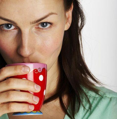 Heb je maagpijn of net een droge keel? Geen zin om meteen naar medicijnen te grijpen bij elk kwaaltje? Drink je klachten weg met een van de onderstaande kruidenbrouwsels. Voor elk kwaaltje bestaat er namelijk een helende thee. Het kan alleen maar helpen, toch?