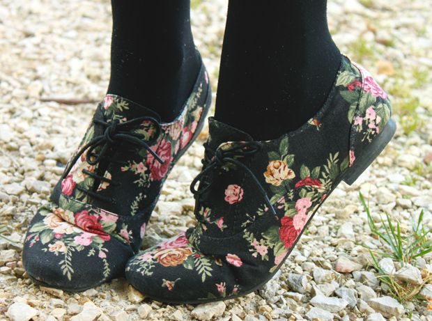 Floral shoes.  Roses for toeses!