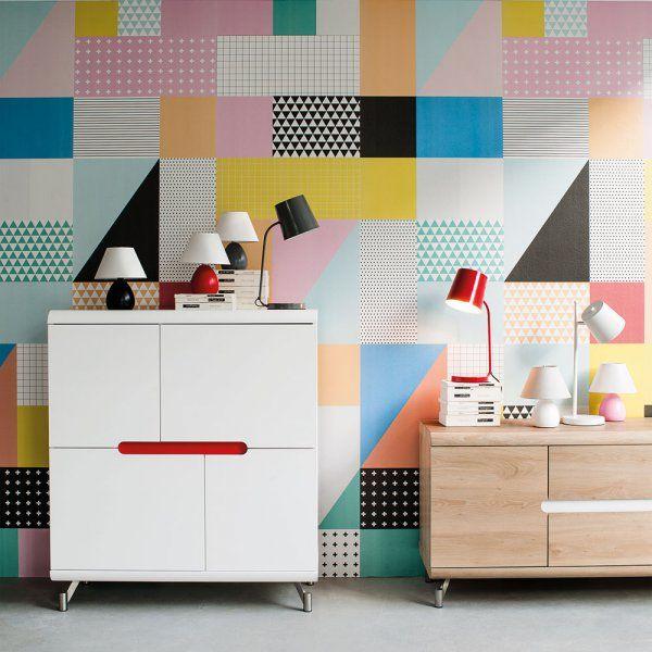 Le style pop s'affiche aussi sur les murs de la maison. On en profite pour choisir un joli papier peint coloré, avec des motifs géométriques ou graphiques, qu'on va poser sur certains pans de mur. Ici c'est un patchwork de motifs et de couleurs qu'on a décidé d'apposer au mur.