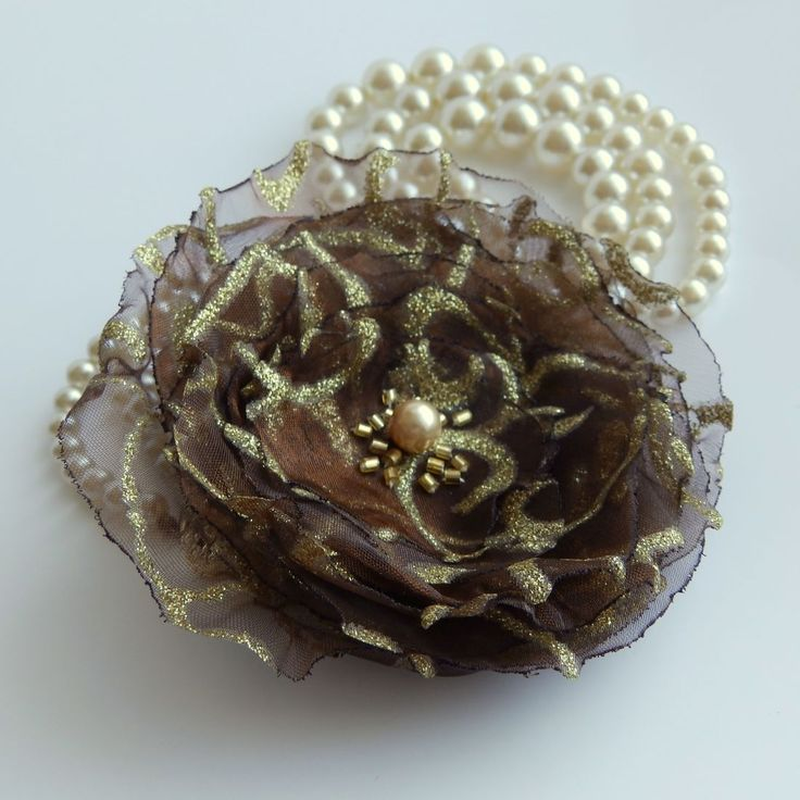 Florence Brož nebo spona do vlasů. Luxusní zlatohnědý doplněk, průměr 9,5 cm. Květ je přidělaný na univerzálním brožovém můstku, takže jej můžete použít jako sponu do vlasů, nebo jako brož. Na slunci se krásně rozzáří. Jako bonus ke každé květině dostanete zdarma skládanou origami krabičku.