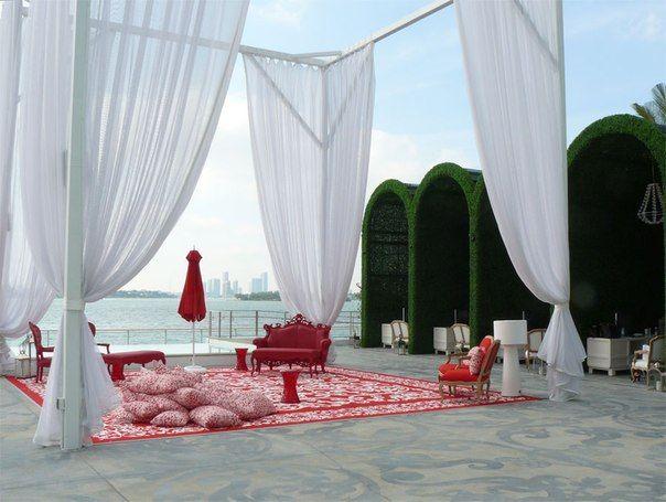 Кафе на открытом воздухе  ( диван SIXINCH Louis 2B Loveseat, стулья SIXINCH Louis 1B, стол SIXINCH Louis Bench Large)