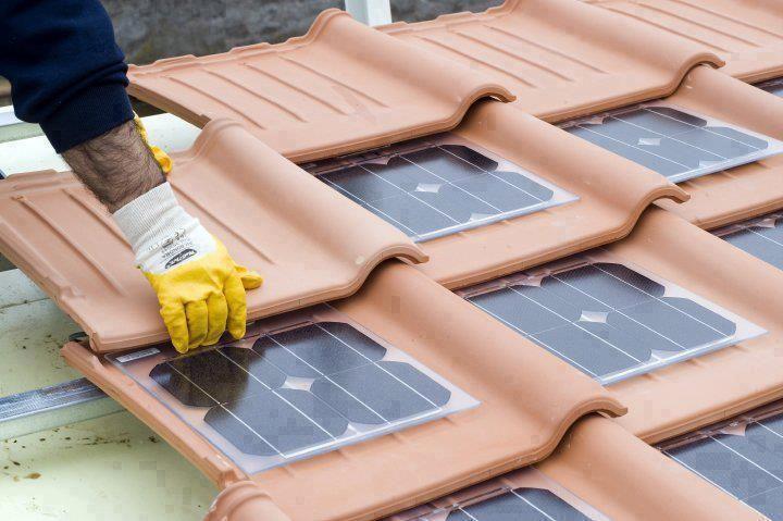 dakpannen met zonne panelen.