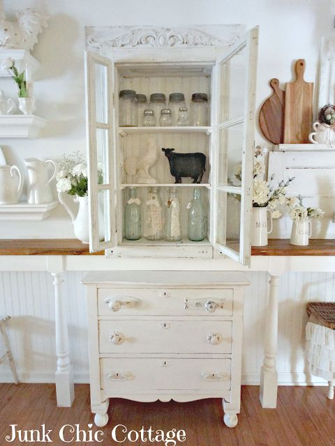Great idea to have a small shelf along one side of the wall.  It appears a chest…