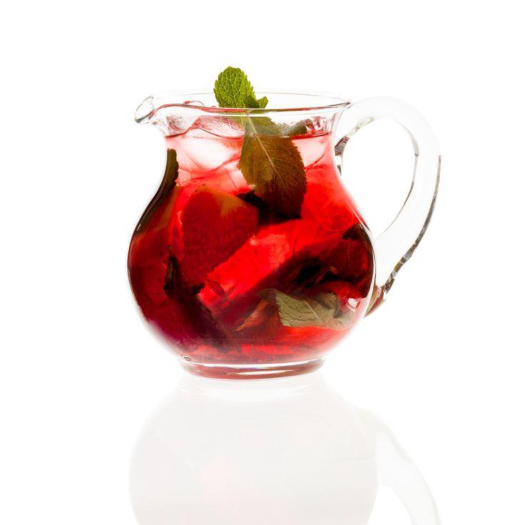 Ovocný ledový čaj s mátou a jahodami.