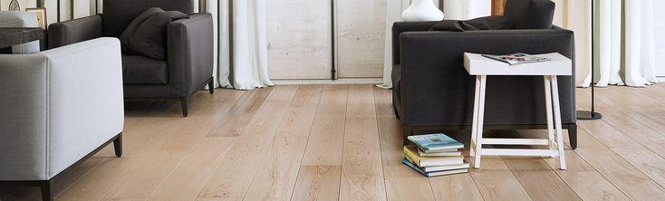 Szeroka, jednopasmowa deska dębowa dopełniona delikatną bielą. Wykończenie olejem naturalnym  i  szczotkowanie podkreśla strukturę drewna i  nadaje jej efekt  surowości i matowości. Dwustronne fazowanie optycznie wydłuża deskę i podkreśla jej naturalny wygląd.