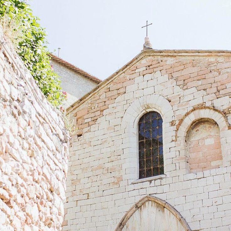 Non è meravigliosa? Amo i matrimoni intimi in chiese come questa, tra i vicoli di Assisi.