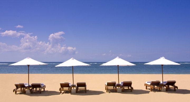 Conrad Bali Resport en Spa, luxueus genieten op het eiland van de Goden en Demonen. Beach Club Conrad Bali Relax aan het witte zandstrand