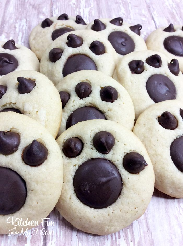 These bear paw cookies are not just fun but SO easy! This is one of those things that make you go, why didn't I think of this sooner? All you really need is a basic sugar cookie recipe and some chocolate. Voila!