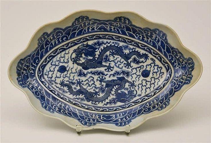China 19. Jh., Blaudekor mit 2 Drachen, oval, Länge 36,5 cm