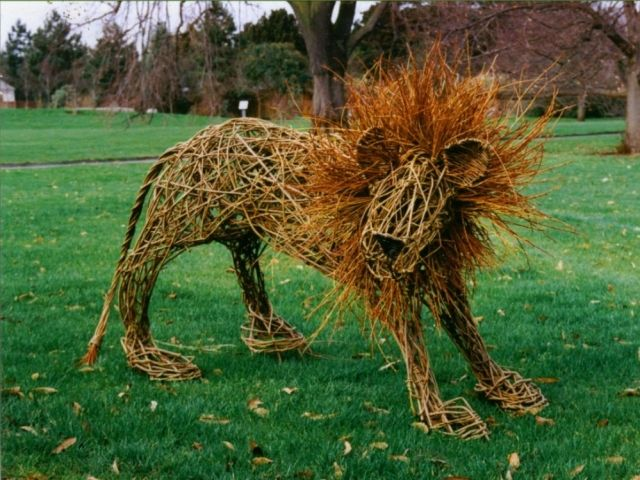 Kreative Garten Skulpturen aus Weidenruten geben dem Garten Identität