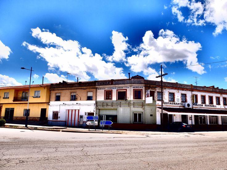 Honrubia. Paso de la carretera. Como en otros muchos sitios hostales, restaurantes y otros establecimientos reemplazan a las viejas casas de postas.
