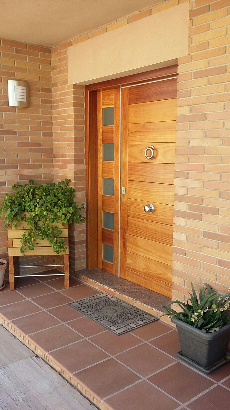 Llamador de laton en color Niquel mate sobre puerta de madera laminada de Cerezo.Ideal darle un tono sofisticado a la puerta exterior de su hogar.