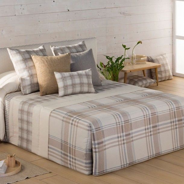 Edredón Conforter DUBLIN de la firma Orian. Se trata de un diseño a cuadros ideal para vestir habitaciones de estilo clásico. Lo puedes econtrar en tonos beige o en lila, para que elijas tu mejor combinación.