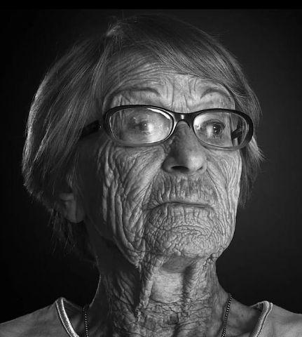 † Brunhilde Pomsel (106) 27-01-2017 De voormalig secretaresse van nazi-kopstuk Joseph Goebbels, Brunhilde Pomsel, is overleden. Haar dood is bevestigd door de regisseur van een film over haar. Pomsel werkte tot het einde van het naziregime als secretaresse, stenograaf en typist voor de minister van Propaganda. https://youtu.be/PHu3eWtxj5k
