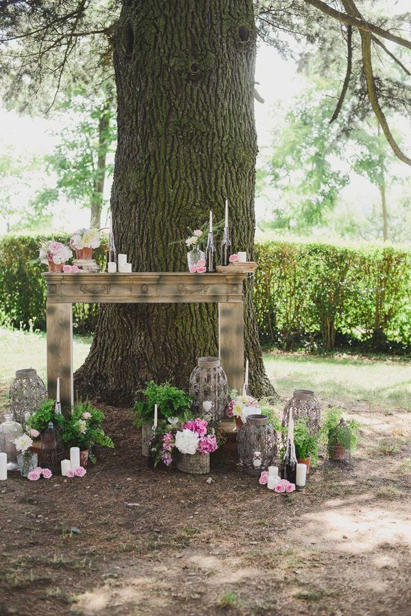 vintage fireplace, bottles and flowers for this outdoor ceremony http://weddingwonderland.it/2015/05/cerimonia-all-aperto.html