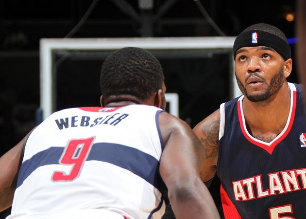 Josh Smith goes one-on-one with Martell Webster.