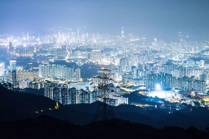 Η πιο φωτεινή τη νύχτα πόλη στον κόσμο είναι το HongKong. Εντυπωσιακή η φωτογραφία, αλλά πολύ σημαντικό είναι ( και το επισημαίνει ο σχολιαστής) πως το έντονο φως τη νύχτα προκαλεί διαταραχές ύπνου και πονοκεφάλους στους ανθρώπους. Άσε που εξαφανίζει το νυχτερινό ουρανό.