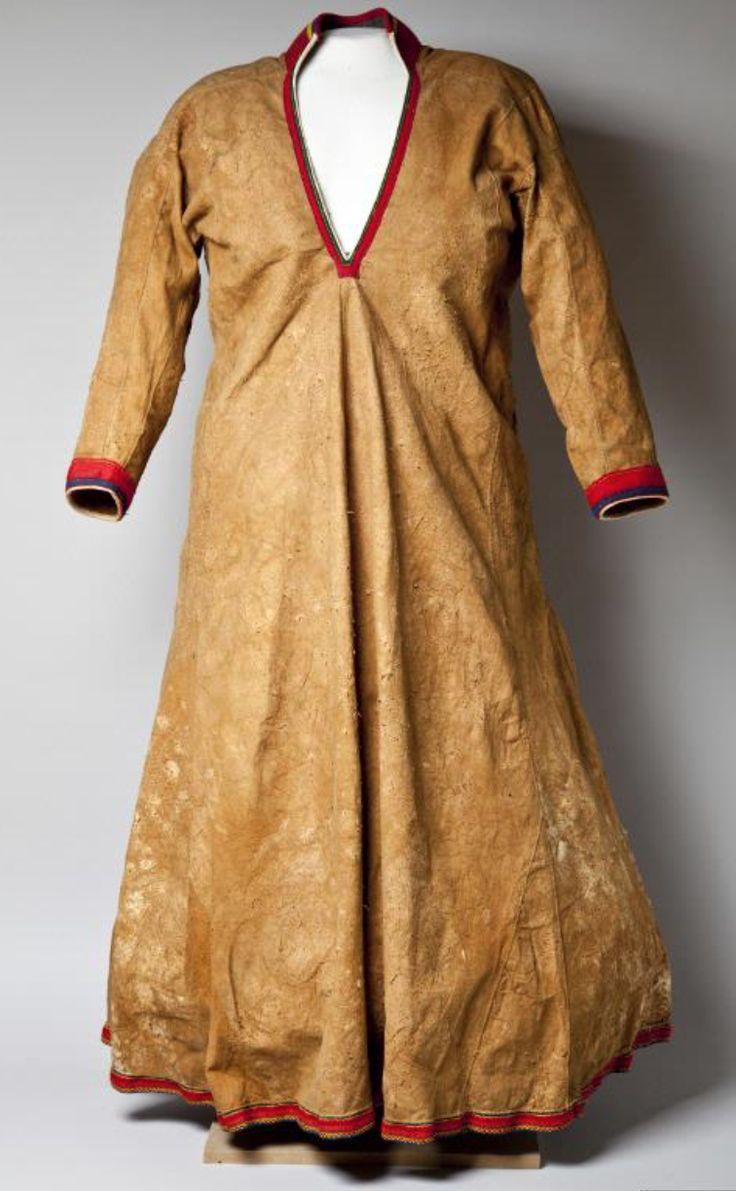 Lulesamisk skinnkolt sválltjá for kvinna av Anna Kristina Magga Pirtji inkom museet 1903.
