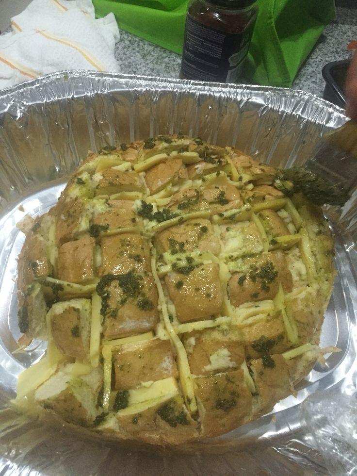 Pan campesino partido en cuadritos relleno de queso gruyere y pesto. Al horno 20 mins a 200grados C Quedó delicioso!
