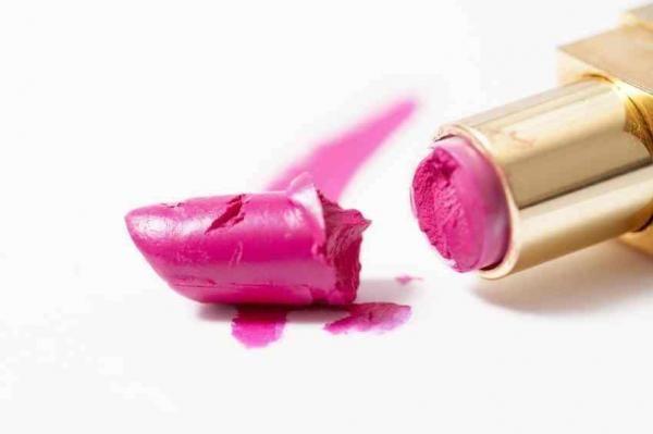 Se o seu pó, blush, sombra ou batom preferido quebrou, fique tranquila que há solução! Saiba o que deve fazer no nosso artigo ;) #makeup #maquiagem #batomquebrado