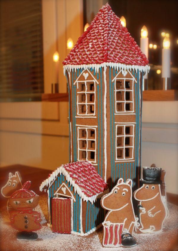 Muumitalo asukkaineen. - by Jenni -- Piparkakkutalo, Joulu, Muumit, Gingerbread house, Christmas, Moomin