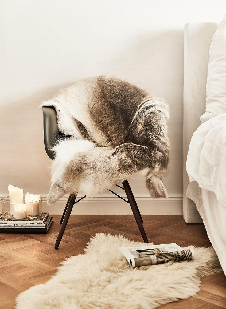 Mit dem Rentier-Fell heißt es jetzt bye-bye kalte Füße. Denn das Winter-Essential mit Flausch-Faktor können wir wärmstens empfehlen. Vor dem Sofa oder als kuschliger Läufer vor dem Bett, der Einsatzort des kuschligen Must-haves ist ganz flexibel und kann immer wieder neu gestylt werden. Plus: Auch nach dem Winter kann das Fell im Zuhause für rustikal, gemütliche Akzente sorgen. // Fell Schlafzimmer Kerzen Herbst Winter Weihnachten Dekorieren Bett Stuhl #Winter #Schlafzimmer #Fell #Herbst