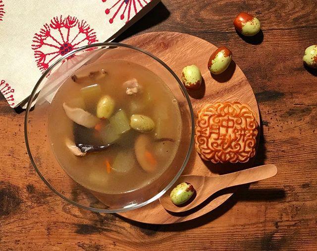 香港🇭🇰で朝ごはんを。生ナツメの薬膳スープと月餅 〜💮飲み干す一杯〜  薬膳スープってヘルシーだから甘〜い月餅食べても良いよね💛 …という下心でスープが濁ったのだろうか  とある食材を探してアメ横まで行ったら中華食材店で生ナツメを発見💡 おぉ、もうそんな季節か(初めて知った) (*=Θ=) 100gってどのくらいですか? 「このくらい」 手ですくってみせる異国のお店のお兄さん、計ったりしない (*=Θ=) それください、あと月餅を〜 「日本人?」 ( =Θ=)) アイム ニホンジン  アメ横まで行って値切らずにお買い物しました…@ 小心者  メモレシピ ★生ナツメの薬膳スープ 材料 4人分くらい ・生ナツメ…10〜15コ ・冬瓜…1/8コ ・干し椎茸…15g ・きくらげ…10g ・クコの実…15g ・鶏モモ肉…1枚 ・鶏ガラスープの素…適宜 ・塩、コショウ…各少量 ・水…1ℓ  作り方 1、干し椎茸、きくらげを水でもどして 2、冬瓜、鶏肉らを一口大に切ります 3、材料を全て水から弱火で煮〜、アクを丁寧に取りつつ 4、最後に塩+コショウで味を調えて完成…