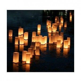 Lanterne galleggianti per un evento con una scenografia unica.
