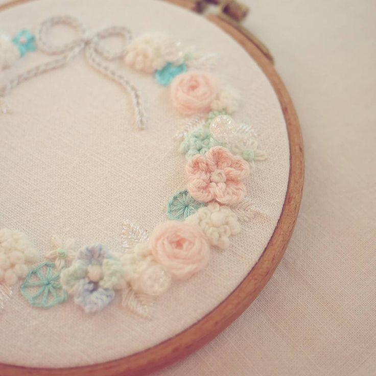 꽃자수~🌹🌹 . . #꽃자수 #프랑스자수 #서양자수 #입체자수 #embroidery #woolstitch #수틀 #꽃 #자수타그램 #stitch #flower #자수 #handmade #handembroidery#리스#embroideryhoop #stitching #손자수