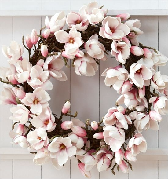 This magnolia wreath would look great as a centre piece // repinned by thebigdayevent.com // A bridal fair alternative in the form of a big fake wedding // RSVP at thebigdayevent.com //