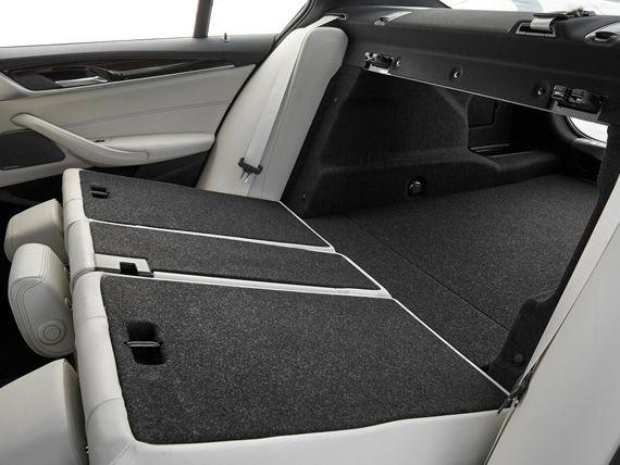 Салон и багажный отсек седана BMW 5-серии 2017 / БМВ 5-серии 2017