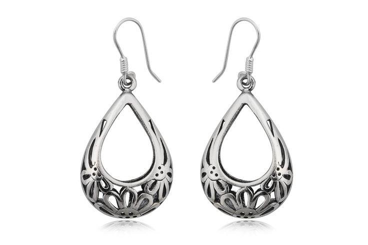 Cercei din argint 92.5% cu flori delicate, ca o broderie. http://www.lafemmecoquette.ro/cercei-lungi-cu-flori-brodate-in-argint/