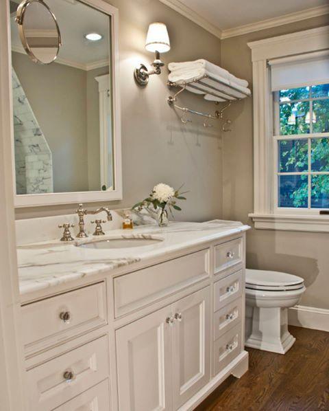 Klasik bir banyo dekorasyonu. Lamine parke yerler, mermer tezgah ve eski tip bir batarya ile tamamlanmış çizgiler.  #dekorasyon #banyo